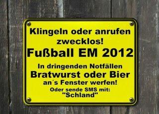 gelbes Schild mit der Aufschrift Klingeln oder anrufen zwecklos! Fußball EM 2012
