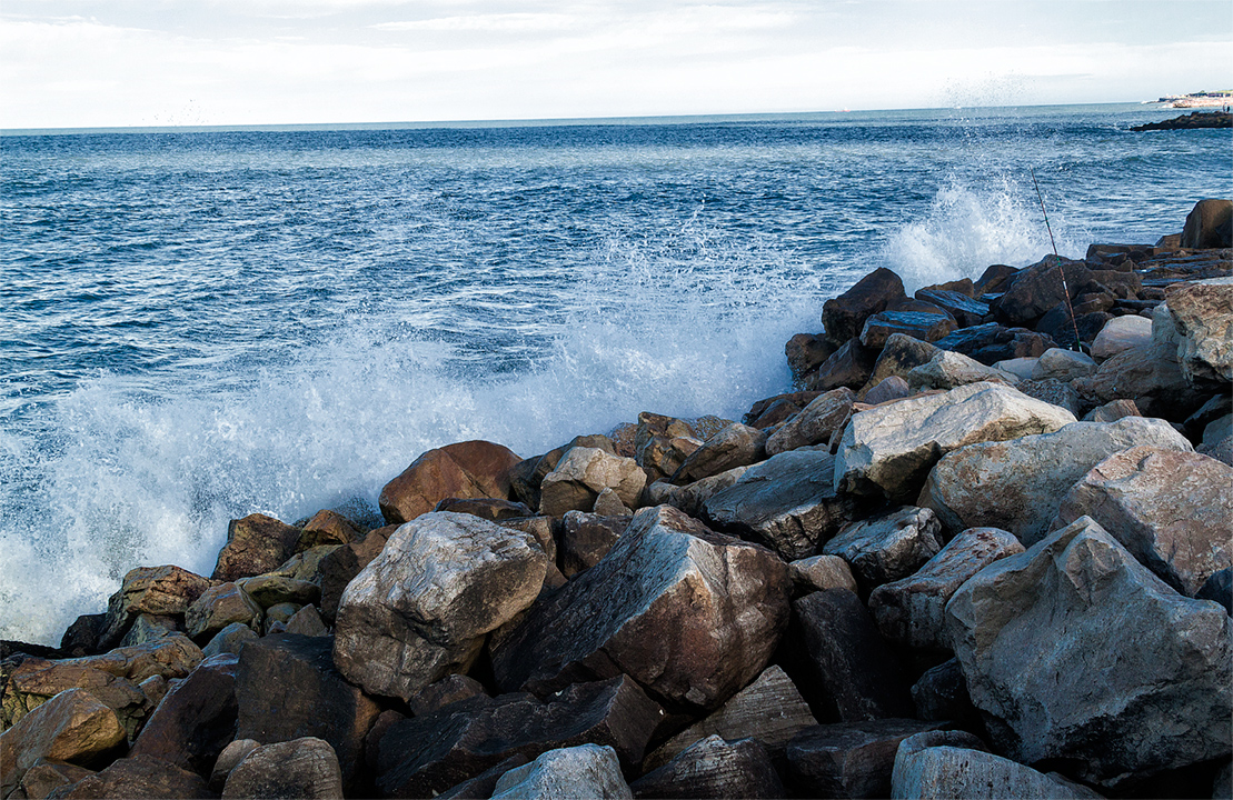 Mar rompiendo contra unas rocas en la costa