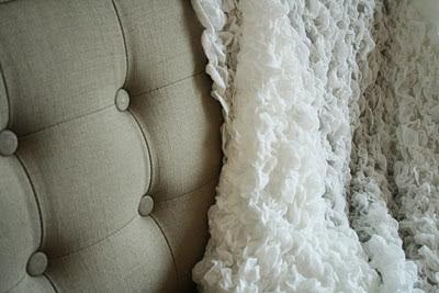 Canapé beige et plaid blanc