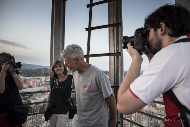 Fent fotos des del més alt del Campanar d'Ontinyent. AFCA. Fotografia Canals.