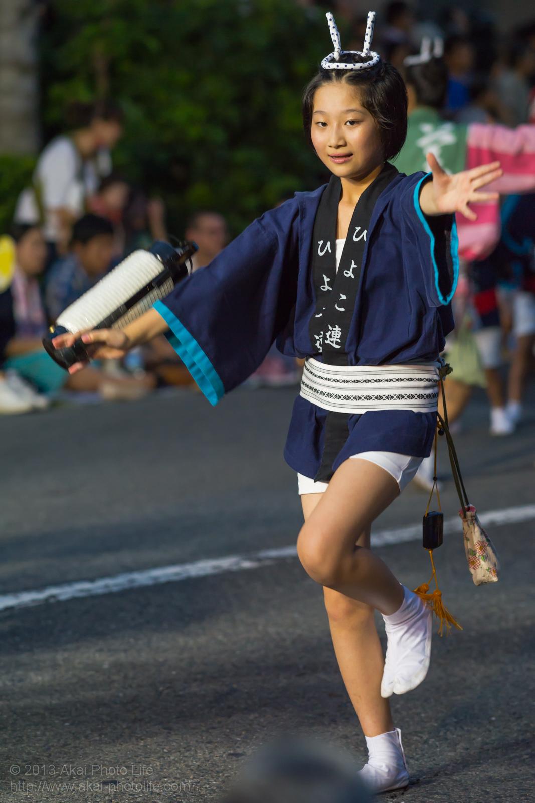高円寺阿波踊り 美遊ひよこ連の女性による提灯を使った男踊り
