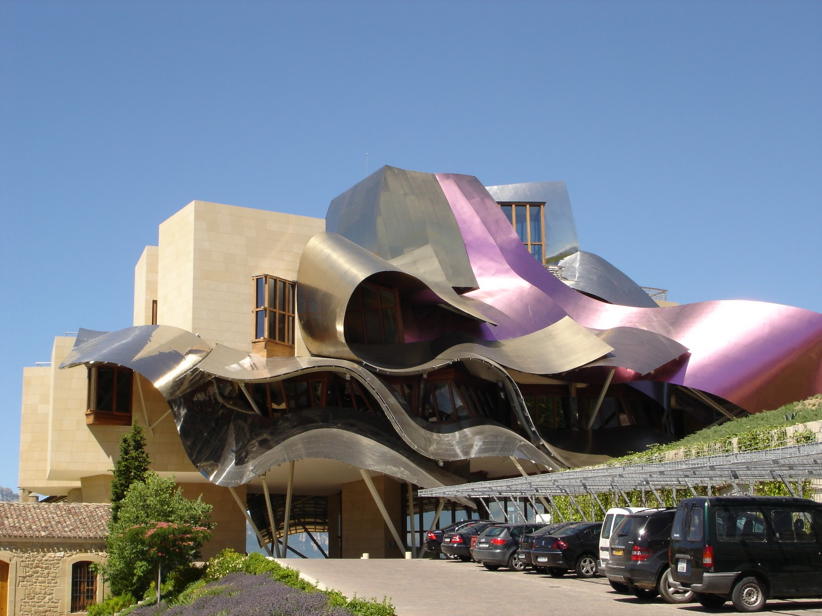 Written word architecture frank gehry redefining the for Hotel marques de riscal