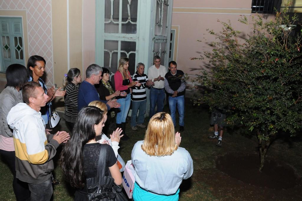 O plantio da jabuticabeira foi acompanhado por amigos e familiares de Mazinho