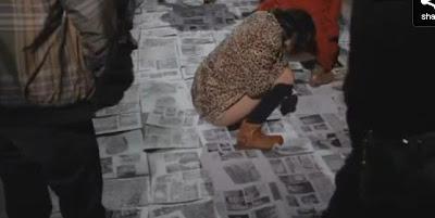 Espetáculo de arte degradante em Portugal - Mijar em cima de fotos de políticos