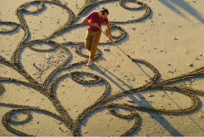http://www.demotivateur.fr/article-buzz/a-premi-re-vue-cet-homme-l-air-de-ratisser-le-sable-mais-lorsqu-on-prend-de-la-distance-c-est-juste-poustouflant--422