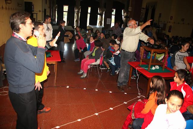 Francisco Arias , presidente del casino, en primer plano presenta a Jesus arana ante los niños de los colegios