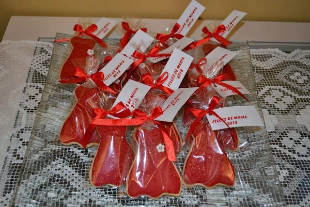 Galletas vestido de fiesta de detalle, envueltas individualmente con lacito rde raso rojo
