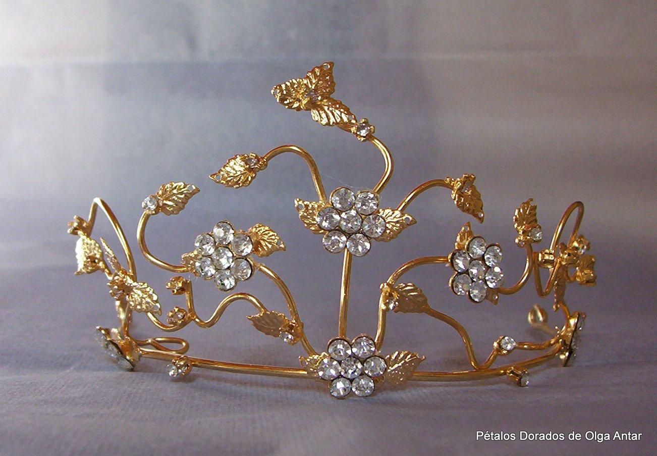 Tiara dorada con flores y hojas. \u0026quot;