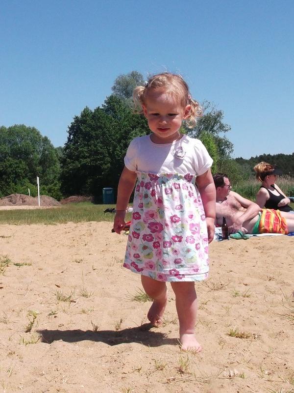 dziecko na bosaka na plaży