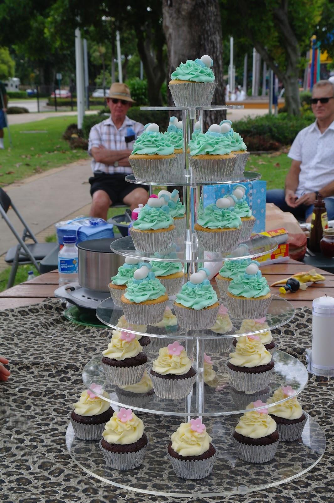 http://1.bp.blogspot.com/-OD8pmT-AKj8/T176SSzeY2I/AAAAAAAABSw/cDV_g830bd0/s1600/cupcake+stand.jpg