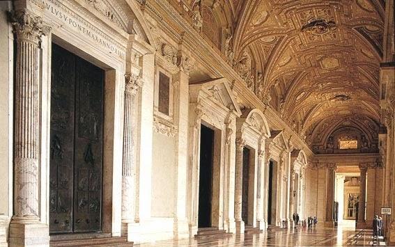 L'atrio all'ingresso della Basilica di San Pietro