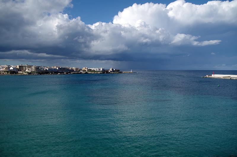 Blick von der Altstadt in Otranto auf das Hafenbecken (Apulien)