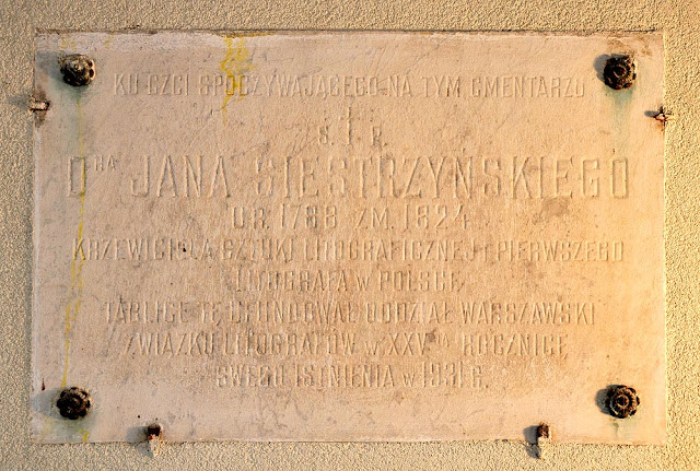 Końskie, południowa ściana kościoła p.w. św. Anny i Jana Chrzciciela. Tablica poświęcona Janowi Siestrzyńskiemu. Tablica jest nieczytelna, wymaga konserwacji. Trudno ją sfotografować - tu zastosowałem ostre światło boczne dające cień. Fot. Bartłomiej Woźniak.
