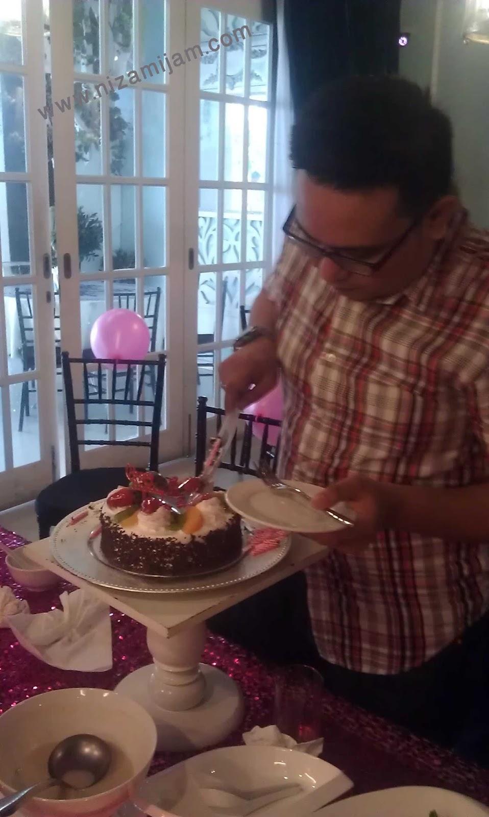 flora kafe, ampwalk, jalan ampang, kuala lumpur, malaysia, lunch, tempat makan, sedap, birthday, kek, kek murah, sambutan hari lahir
