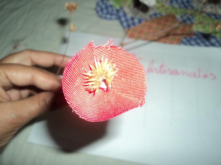 6º - Encaixar a flor sobre o galhinho e fechar