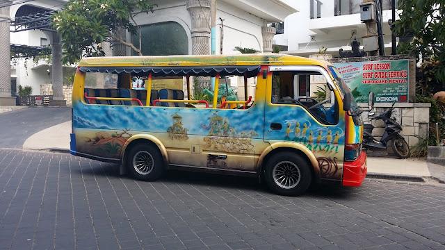 Bemo en las calles de Kuta, Bali