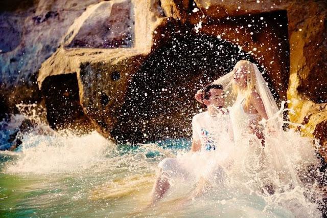 жених и невеста целуются в воде брызги
