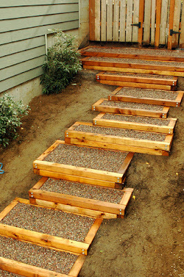 Escalera exterior con marco de cedro patios y jardines for Escaleras exteriores