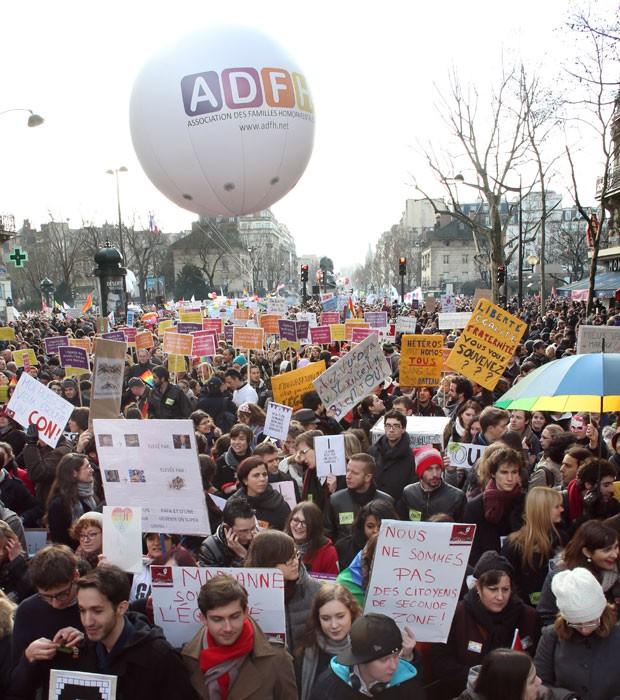 Franceses participam de manifestação à favor do casamento entre pessoas do mesmo sexo neste domingo (27) em Paris (Foto: Thomas Samson/AFP)