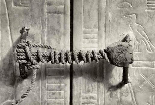 El+cierre+sellado+de+la+tumba+de+tutankhamon+antes+de+ser+abierta+en+1922.+imagen+fuente+desconocida
