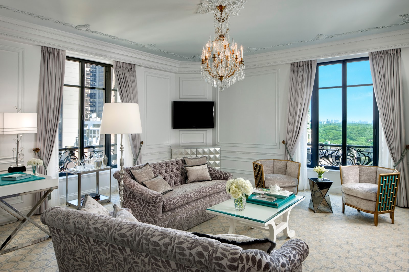 Modern classic jak urz dzi salon z telewizorem - Blue and silver living room designs ...