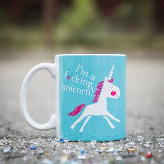 een mok met eenhoorn en de text : I'm a fucking unicorn
