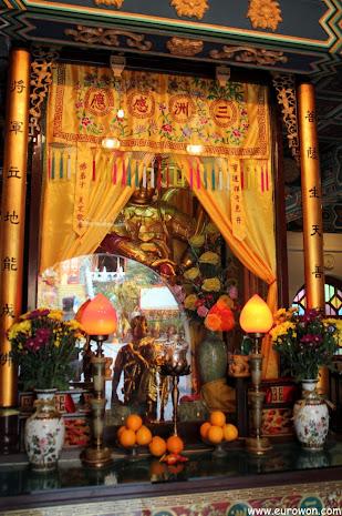 Estatuilla en el templo Welto del monasterio Po Lin