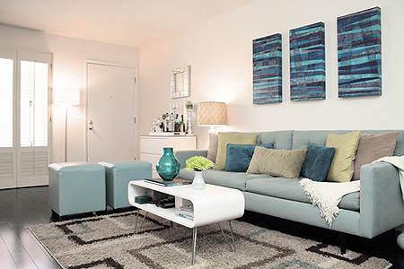 Sempre opte por poltronas e sofás que não ocupem muito espaço na sala