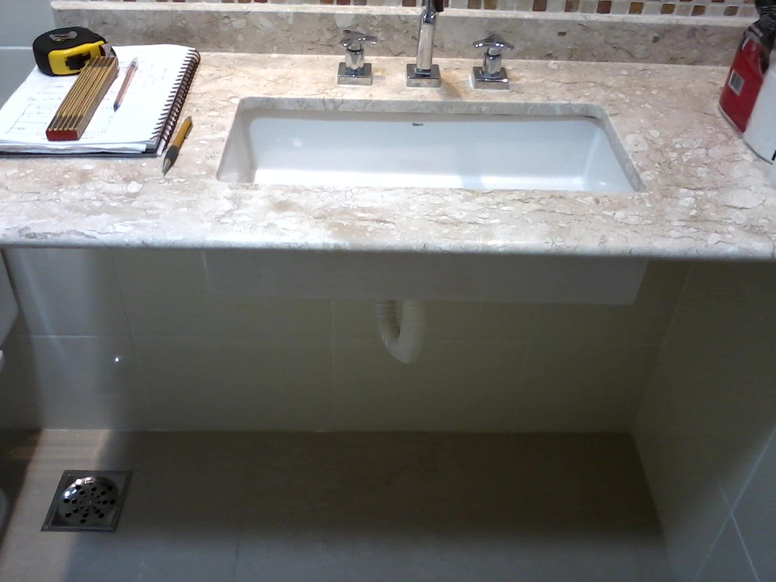 Bancada em bege bahia com parede branca e piso em porcelanato bege #5E3737 1600 1200