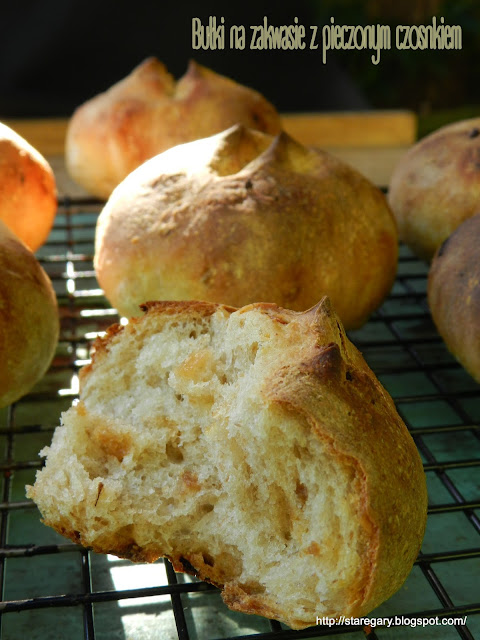 Bułki na zakwasie z pieczonym czosnkiem - lipcowa piekarnia