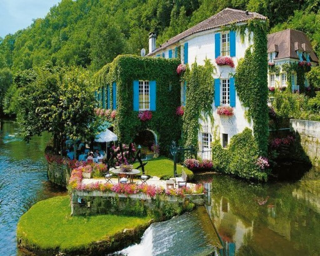 grass hotel facade in brantome france
