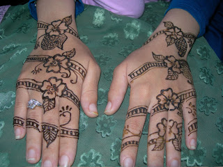 A Back Hand Henna Design, Very Simple and Attractive