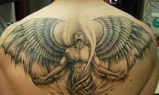Tatuagem de anjo com asas