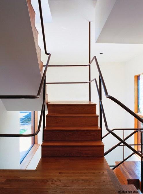 Arquitectura de casas escalera interior moderna con for Escalera de metal con descanso