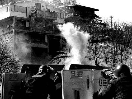 あさま山荘事件 下へ降りるまでの間に、私たちの発砲で二人の幹部警察が...  実録・連合赤軍 あ