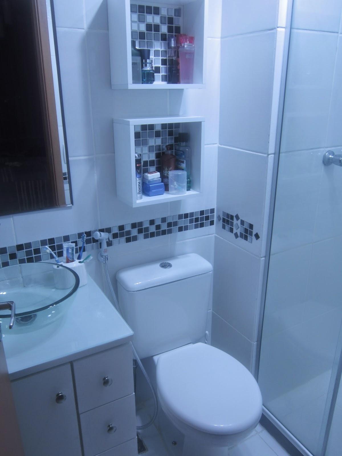 Cafofo Sonhado: Decorando banheiros pequenos: 2 banheiros 2m² cada  #1C53AF 1200x1600 Banheiro Com Luz Azul