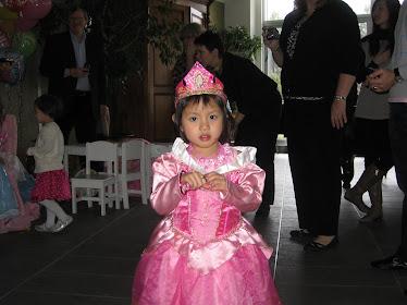 La princesse Mimi dans ses beaux habits