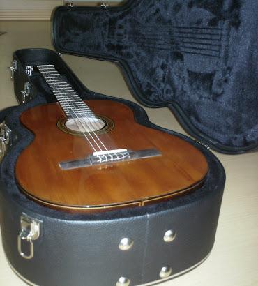 Restauração pronta! O estojo foi feito para o formato do violão.