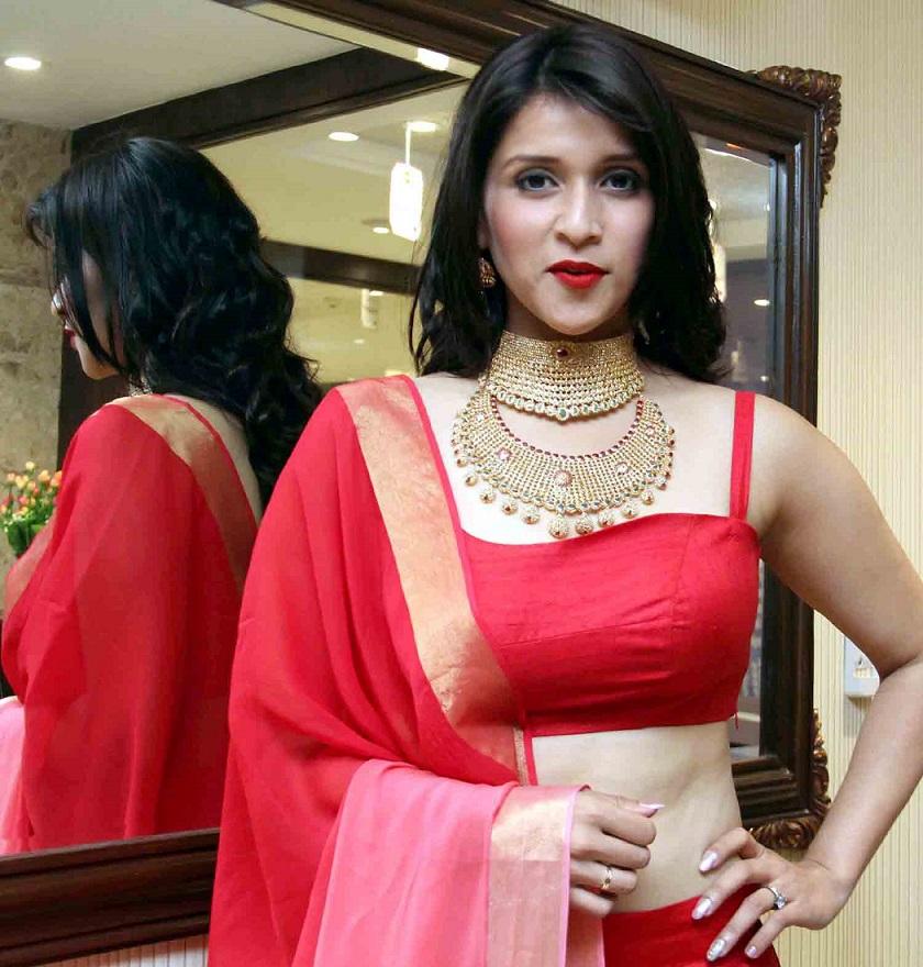 Mannara Chopra sexy saree