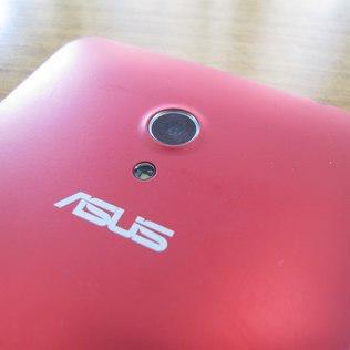 A cãmera traseira do ZenFone 6 é de 13 megapixels com a tecnologia PixelMaster integrada e flash LED