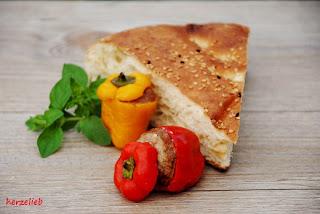 Fladenbrot ist die ideale Beilage zu gefüllten Mini-Paprikaschoten vom Grill