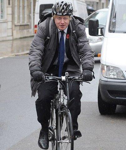 едет на велосипеде и трется вагиной