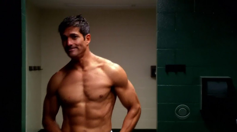 Joe Toro Shirtless in Hawaii Five-0 s2e05