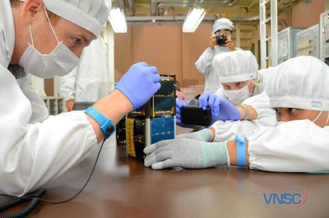 Những bước kiểm tra cuối cùng tại Trung tâm Vũ trụ Tsukuba, Nhật Bản trước khi bàn giao vệ tinh PicoDragon cho JAXA. Ảnh : VNSC.