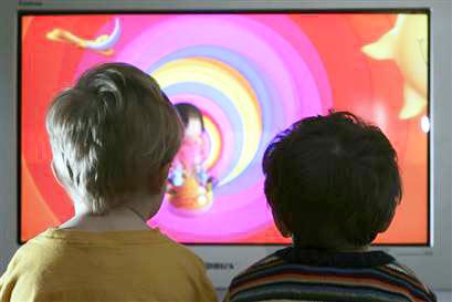 Niños viendo television - Imagui