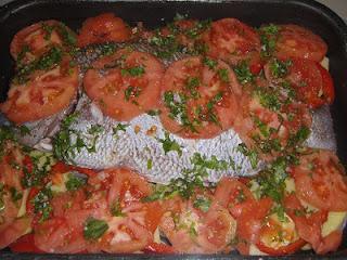 حوت بالخضر في الفرن بطريقة سهلة ولذيذة بالصور