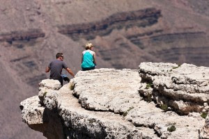 أسباب تجعل سفر الشريكين معا جيدة للعلاقة,رجل امرأة يجلسان على صخرة,man woman sitting on a rock