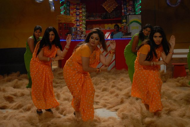 Spicy stills from bhaja bhajantrilu