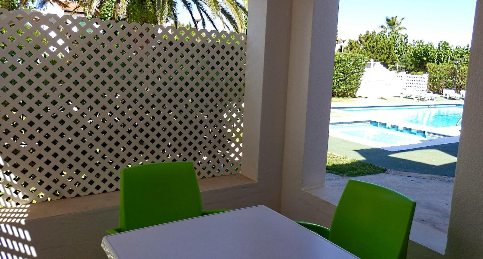 Ses orenetes apartamentos cerca de la playa de cala en for Celosia madera jardin