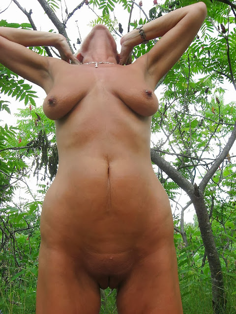 Reife und schlaffe Brüste einer Nudistin